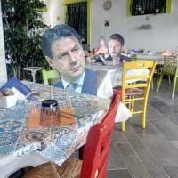 Bacoli, da Jennifer Lopez a Conte: il ristorante segnala i posti anti-Covid con le sagome vip
