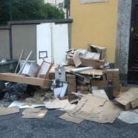 Napoli, via Bausan ridotta a discarica di cartoni