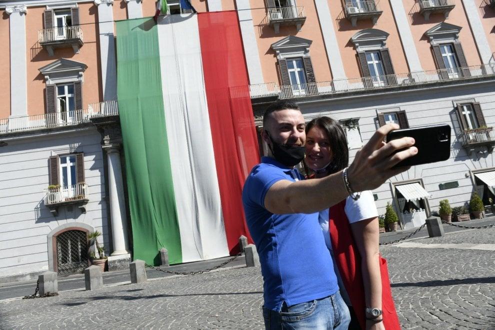 Napoli, selfie per la Festa della Repubblica in piazza Plebiscito