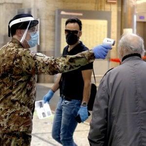 La Campania riapre: test della temperatura nelle stazioni e in aeroporto, obbligo di avvertire le Asl in caso di sintomi