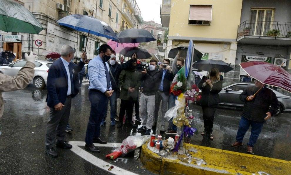 """Salvini depone fiori sul luogo dove è stato ucciso il poliziotto a Napoli. Contestato: """"Vai via"""""""