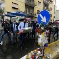Salvini  a Napoli depone fiori per il poliziotto Apicella, ma viene contestato