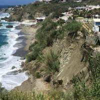 Ischia, frana una parte del costone: interdetta la spiaggia di Cava