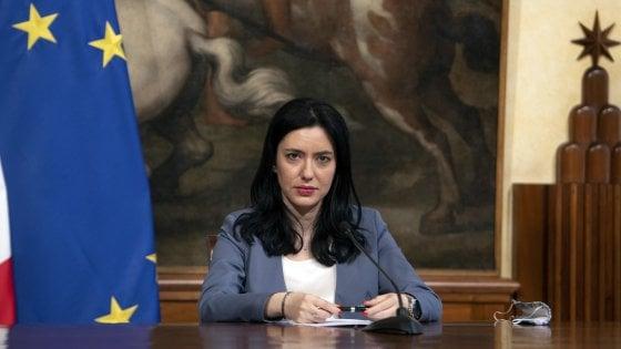 Gaffe su Scampia, la ministra Azzolina si scusa e accetta l'invito a venire a Napoli