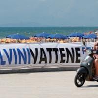 """Mondragone, striscioni contro Salvini: """"Non sei il benvenuto"""""""