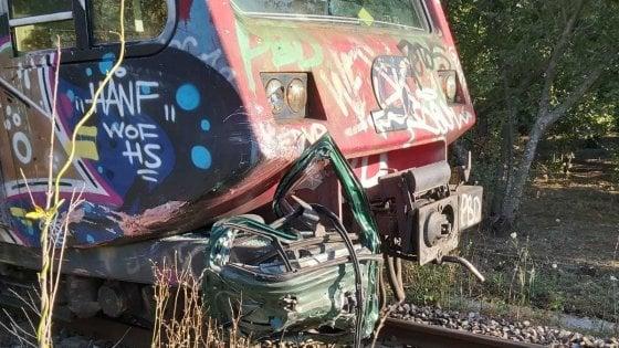 Circumvesuviana, incidente al passaggio a livello: treno impatta contro auto, ferito il conducente