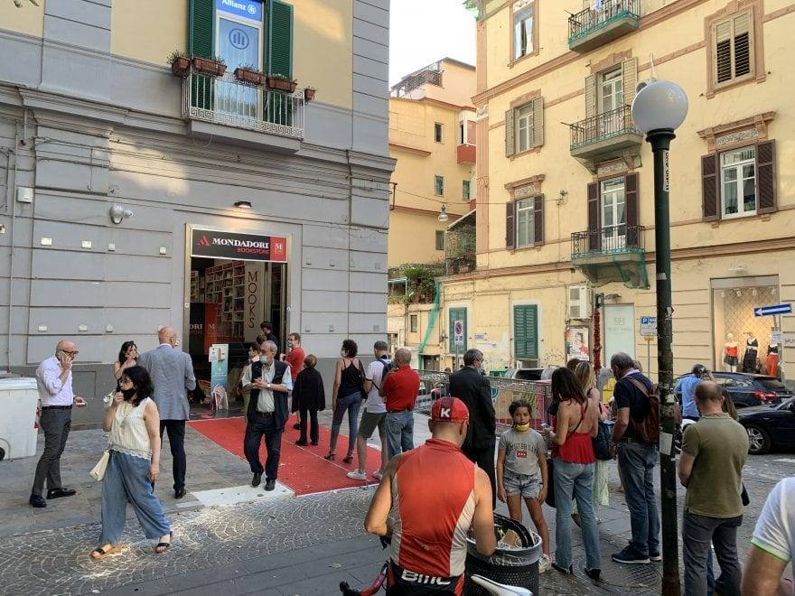 """Vomero, in fila davanti al Mondadori Bookstore: """"Voglia di libri dopo il Covid"""""""