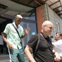 Napoli, ecco Osimhen: il bomber lascia l'hotel Britannique