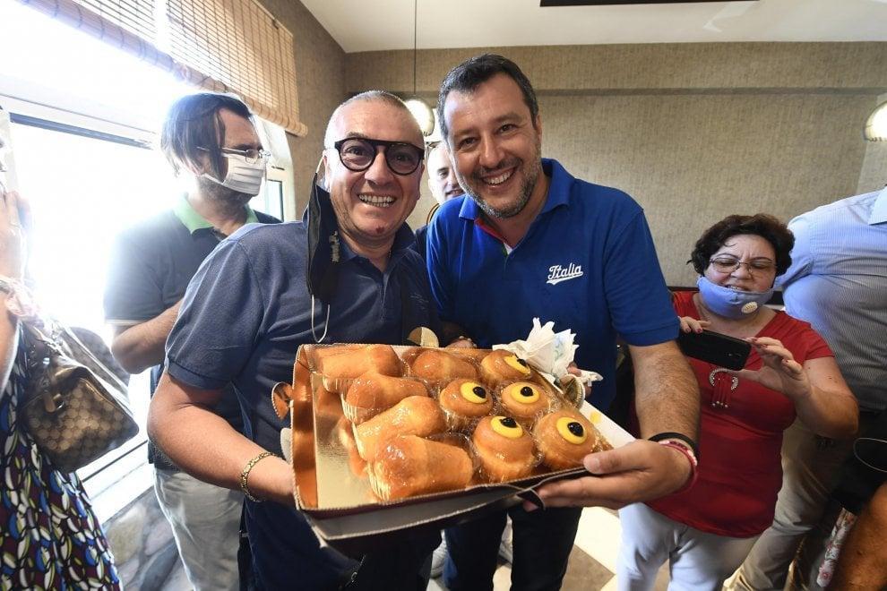 Salvini a Mondragone: zeppole e babà, mozzarella, ortaggi e selfie sul lungomare