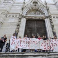 Duomo di Napoli, la protesta dei disoccupati davanti alla chiesa