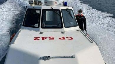 Torre Annunziata, imbarcazione sbatte    sugli scogli e affonda: salvati 4 ragazzi