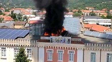 Vallo della Lucania, in fiamme    il tetto del palazzo vescovile