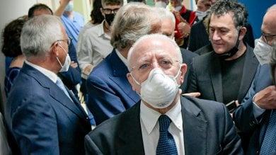 """Covid, De Luca: """"Giro sempre  con la mascherina  , sembro  un monaco trappista"""""""