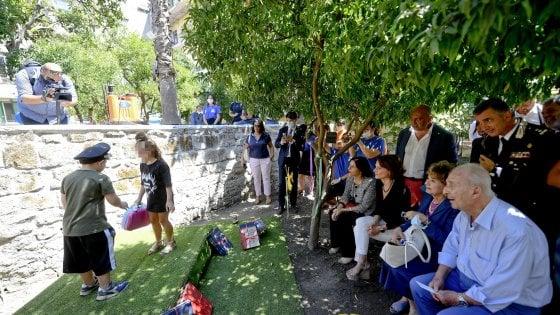 Napoli, aule sugli alberi e libri sospesi: un parco didattico contro il Covid