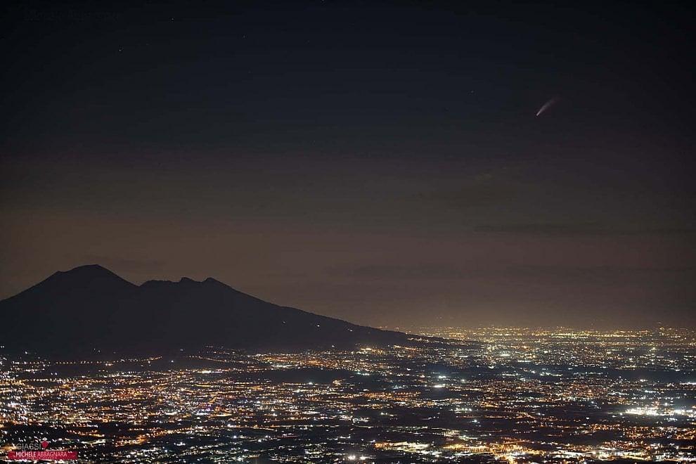 Il Vesuvio e la cometa Neowise in uno scatto straordinario