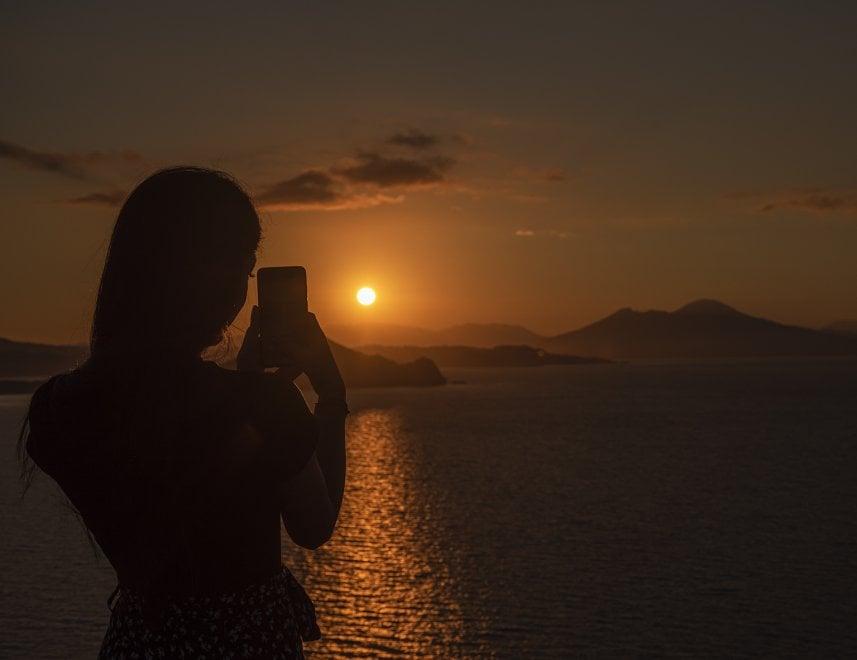 Procida, l'alba è rosso fuoco: il sole sorge alle spalle del Vesuvio