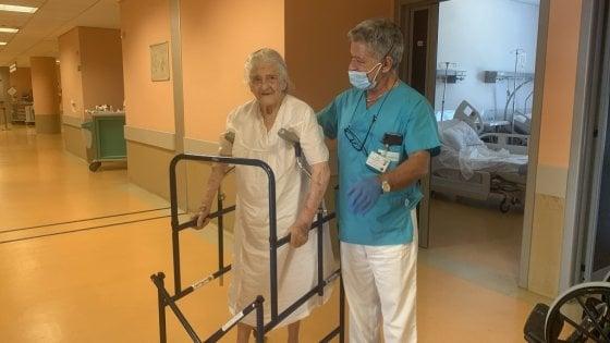 Avellino, torna a casa nonnina di 100 anni operata al femore