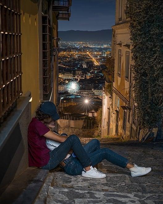 L'amore e la Pedamentina, lo scatto che racconta Napoli by night
