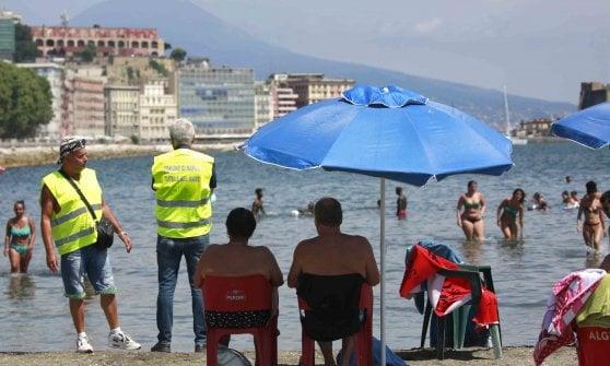 """Napoli, ecco i guardiani anti Covid: """"Noi, disoccupati volontari in giro per le spiagge libere"""""""
