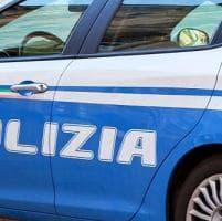 Napoli, schiaffeggia la moglie e inveisce contro i poliziotti intervenuti: