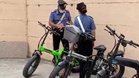 Blitz dei dei carabinieri e dei vigili a Ischia contro bici elettriche modificate
