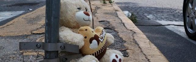 """L'incidente di piazza Carlo III, il 21enne alla guida: """"Sono distrutto, non ho visto le ragazze""""   I cittadini: """"Semafori nuovi, ma spenti"""""""