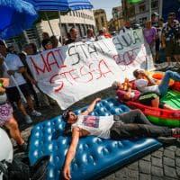 A Napoli protesta dei disoccupati in tenuta da mare