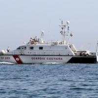 Sorrento: imbarcazione in fiamme, guardia costiera mette in salvo 3 persone