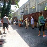 Napoli, corsa al tampone: tutti in fila al Cotugno dopo le vacanze