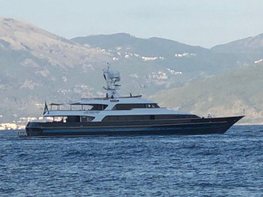 Valentino a Scario con il suo yacht, il sindaco lo invita in ...