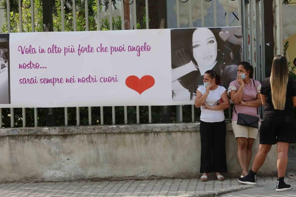 Caivano, i funerali di Maria Paola: magliette, striscioni e colombe bianche