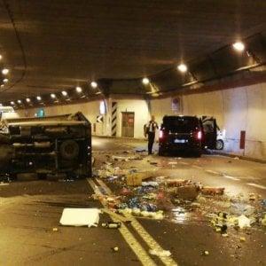 Penisola sorrentina, grave incidente nella galleria di Seiano: auto si ribalta, due feriti