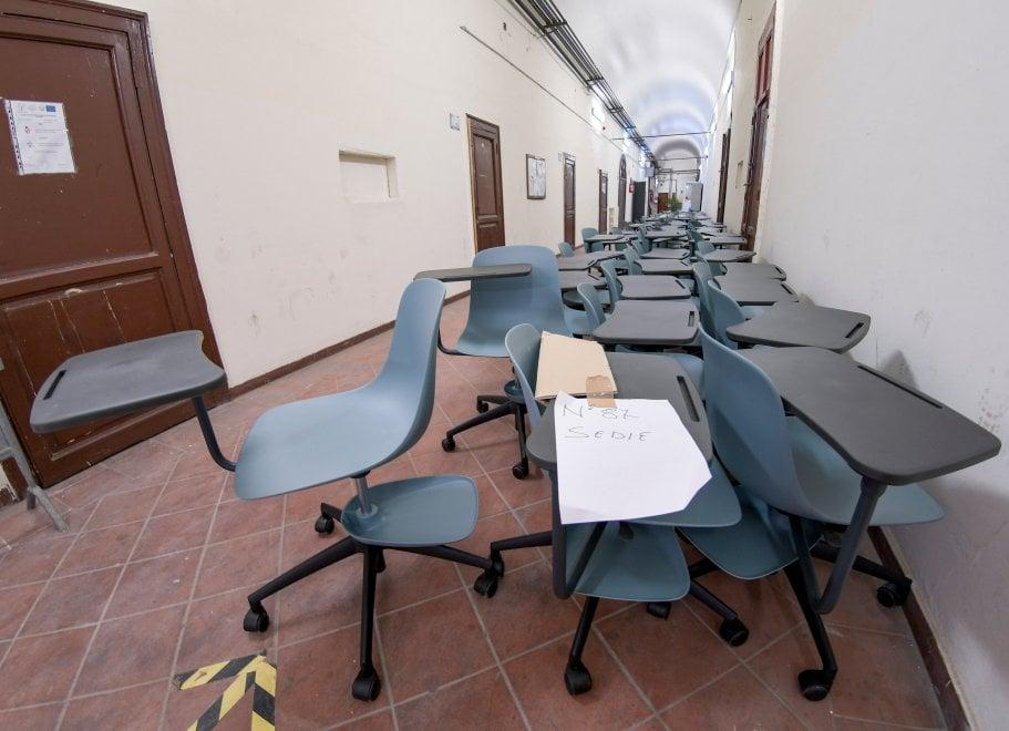 Scuola Napoli, al Casanova arrivano i banchi con le rotelle