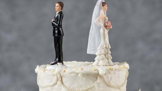 Napoli, la sua praticante si sposa, avvocato le regala un buono per il divorzio