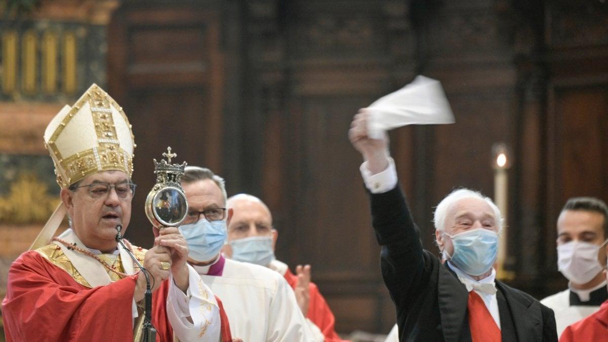 San Gennaro, il miracolo nell'era del Covid: cattedrale semivuota e niente assembramenti, il sangue  si scioglie alle 10.02 thumbnail