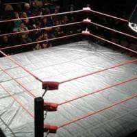 Figlio perde sul ring, papà coach scaglia sedia sui giudici