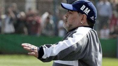 Maradona, esordio con sconfitta alla guida del Gimnasia: ma è show in panchina