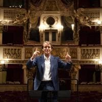 Roberto Mancini al San Carlo, in posa come un direttore d'orchestra