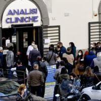 Covid, file davanti ai laboratori privati a Napoli per i tamponi