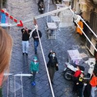 Scuola, a Napoli il miracolo dei Quartieri Spagnoli: maestro fa didattica dai balconi