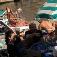 """Polemiche su Fico a pranzo in spiaggia fra bagnanti senza mascherina. Lui replica: """"Sono..."""