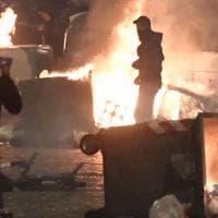 Lockdown, guerriglia in strada a Napoli: cassonetti bruciati, bombe carta e devastazioni