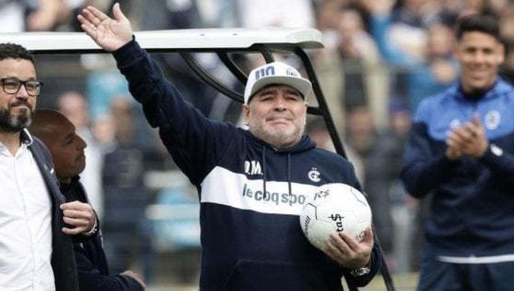 Napoli in lacrime, il Clarìn annuncia: è morto Maradona. Subito centinaia di messaggi sui social