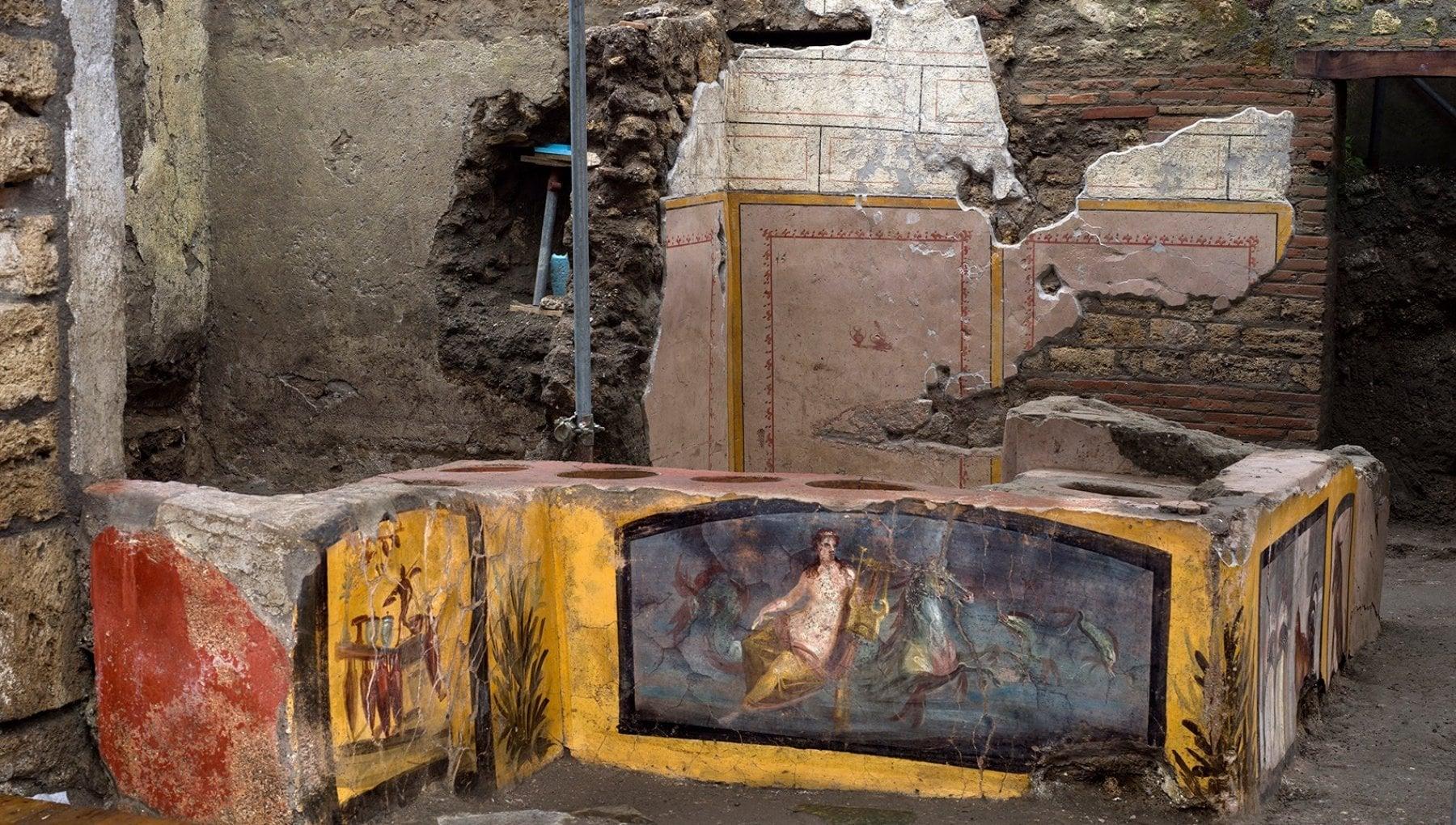 Pompei, ecco la bottega di street food riemersa dagli scavi: c'è anche lo scheletro di un cagnolino - Le foto