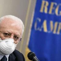 """Vaccini, De Luca contro il governo: """"In Campania non procederemo per fasce d'età""""...."""