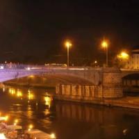 """Ragazzo caduto dal ponte Garibaldi di Roma per un selfie. Gli amici: """"Una fatalità"""""""
