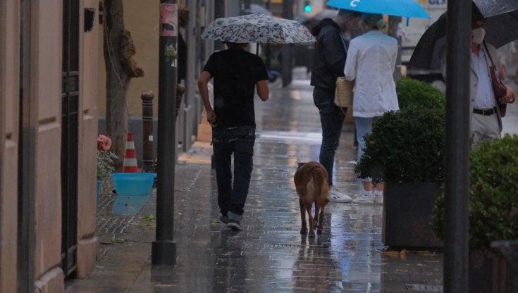 Maltempo Napoli, strade allagate e caduta di calcinacci - la Repubblica
