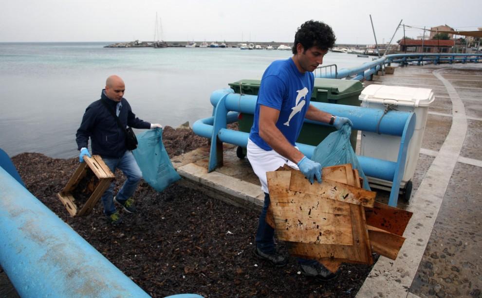Sferracavallo, i cittadini rispuliscono la costa dalle alghe