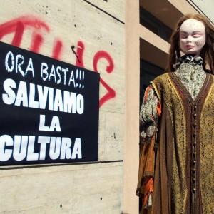 """Teatranti in piazza: """"La Regione uccide la cultura"""""""