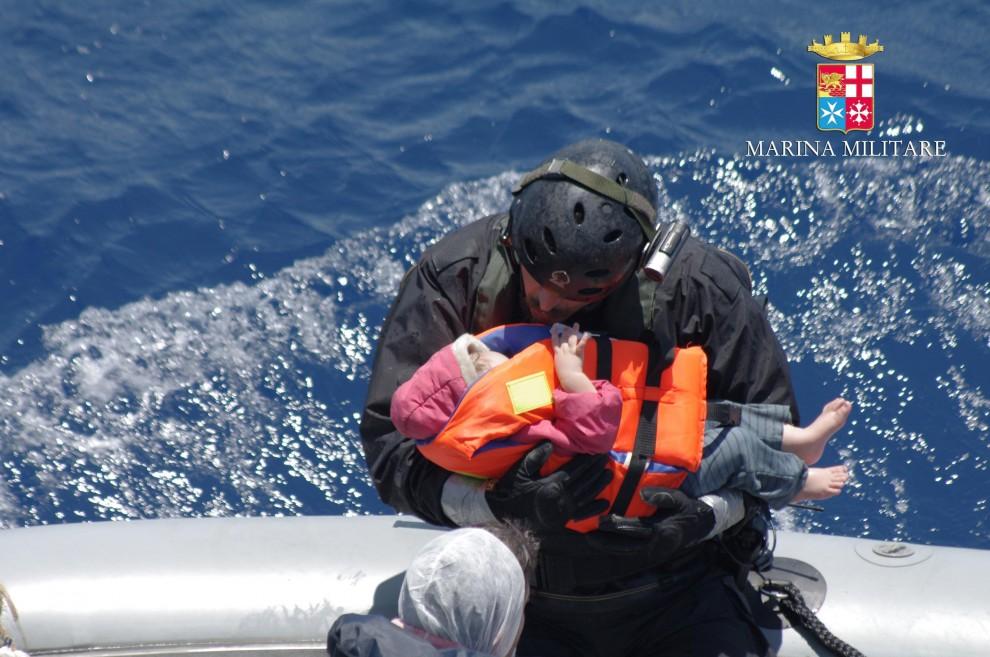 Canale di Sicilia, recuperato barcone con sei cadaveri